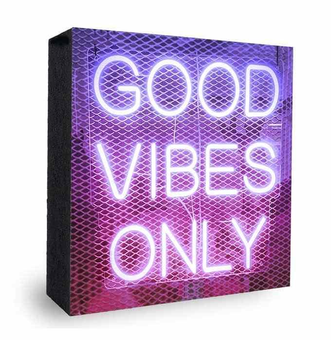 Good Vibes Lila-Pink Neon Schrift - Bild auf Holz