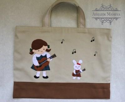 ギターと女の子とうさぎのバッグ