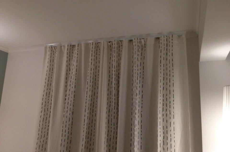 Sur tringle Cosmo d'Houles, création de rideaux Wave tissu Larsen
