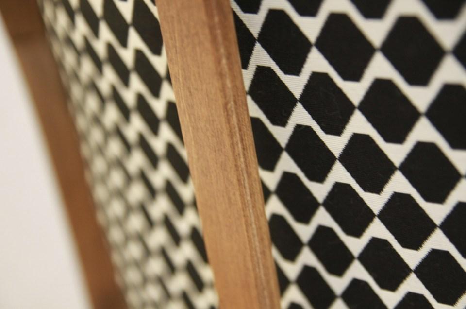 Elégant tissu noir et blanc utilisé en recto verso sur ce fauteuil style Louis XVI