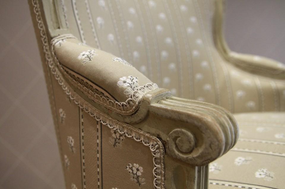 Changement de tissu de deux bergères d'époque Louis XVI avec le dessin Nivéole de Casal, finition galon crête