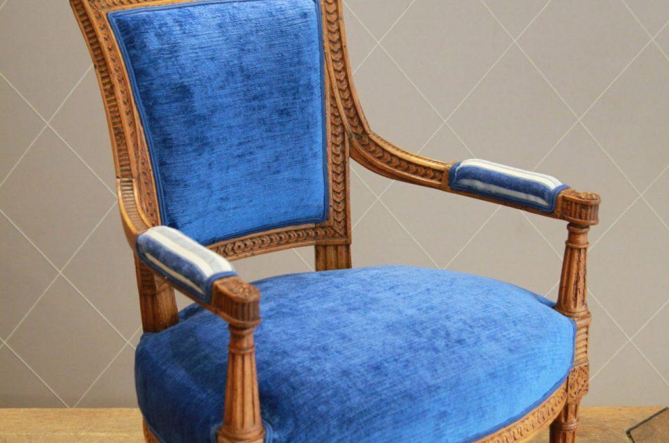 Paire de fauteuils Directoire rehaussée d'un mix de velours uni et rayé collection Amala de Manuel Canovas