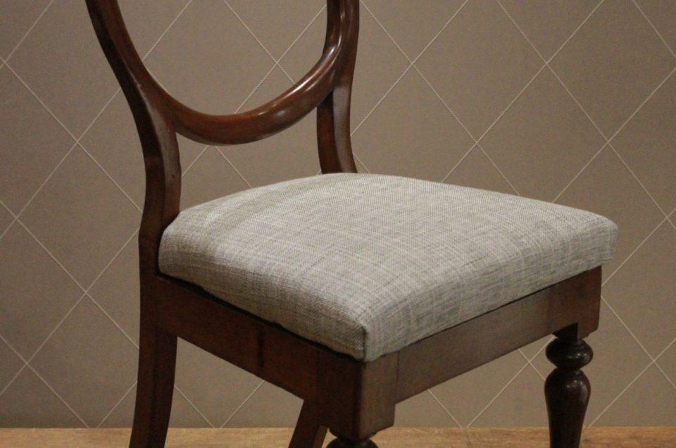 Suite de chaises de salle à manger en acajou et tissu Camengo en colorations de gris à effet changeant