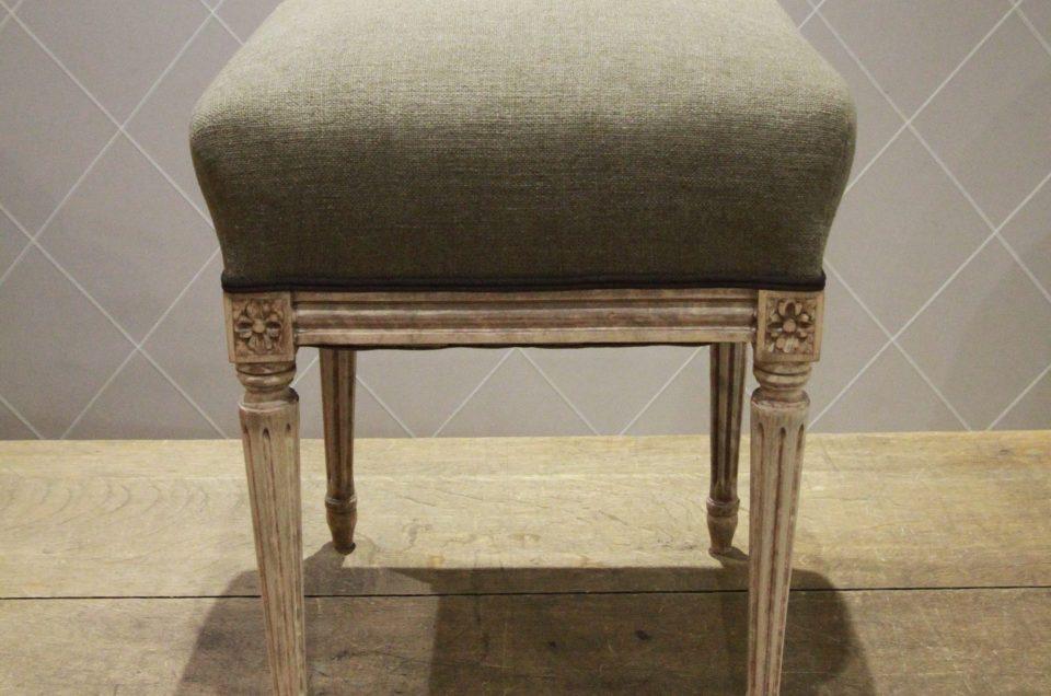 Mise en bois brut et réfection complète de ce tabouret style Louis XVI