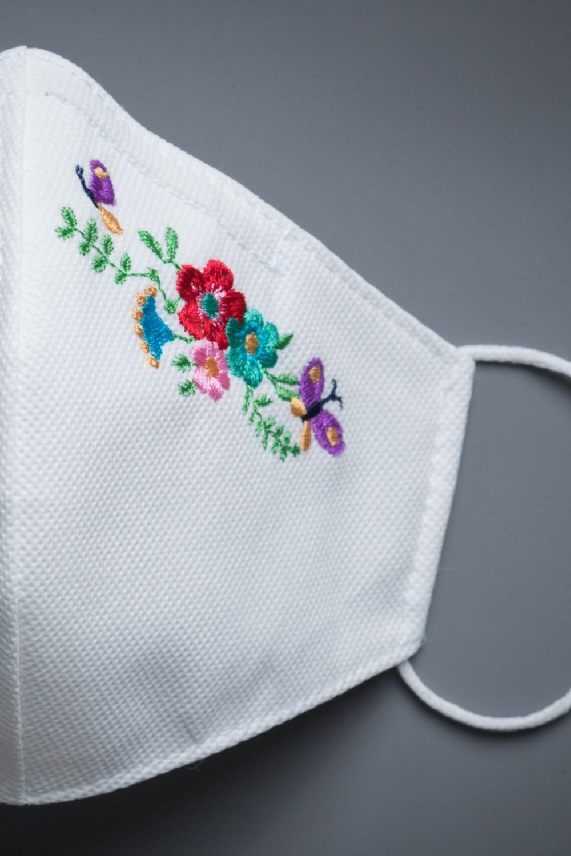 mascarilla blanca bordada flores tnt