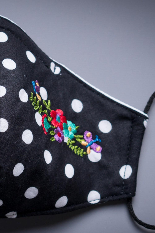 Mascarilla negra lunares blancos bordado flores