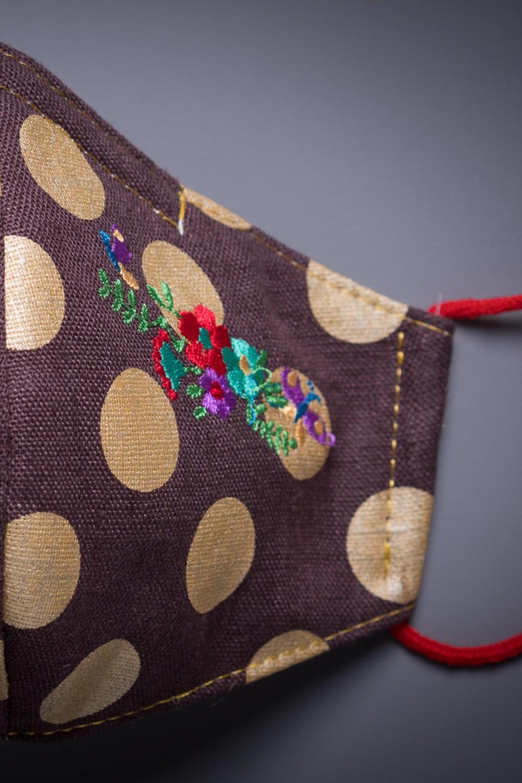 Mascarilla de lino marrón con lunares y flores bordadas