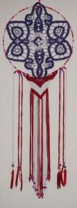 Dream Catcher Violet, rouge, fuchsia et blanc. Origine: Résidus de l'industrie textile et vide grenier.