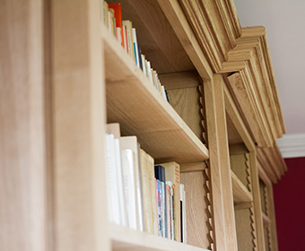 Bibliothèque et boiserie en chêne par l'Atelier Villard.
