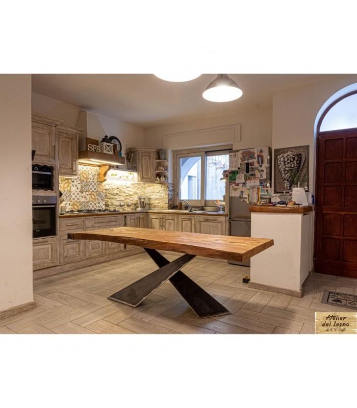 Questo tavolo ha uno stile inconfondibile,. Tavolo Legno Massello E Ferro Arredo Interno Atelierdellegno It