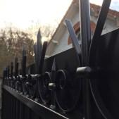 Détails des volutes en fer forgé d'un portail en acier