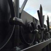 Volutes en fer forgé d'un portail acier