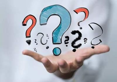 mano aperta con punti di domanda