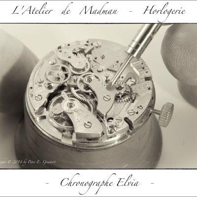 Montage des éléments du chronographe. Au milieu throne le pont de chronographe, pièce n° 8500.
