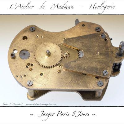 Le côté cadran du mouvement avec le mécanisme de mise à l'heure et la roue des heures à gauche.