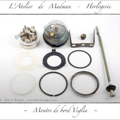 Les pièces de la montre : mouvement, boitier, bride de fixation, tige de remontage, cadran, posage, entretoise, verre, joint et lunette.