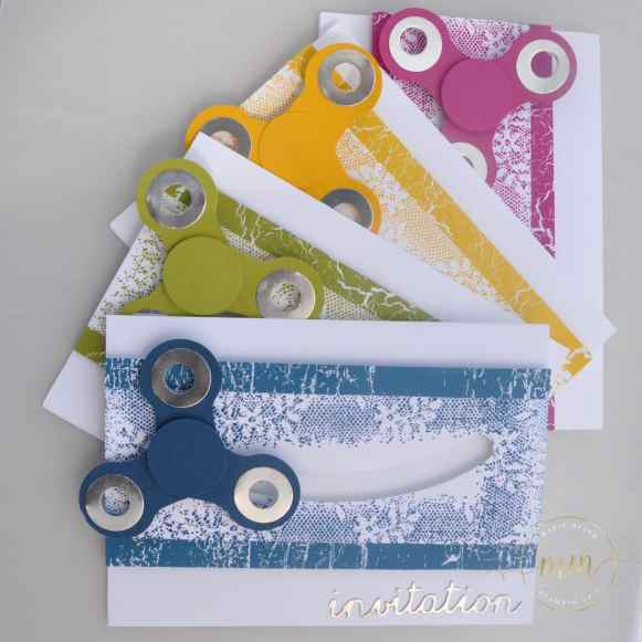 Carte hand spinner et son tutoriel Papier design Théorie de couleur et set de tampons Touches of Textures par Marie Meyer Stampin up - http://ateliers-scrapbooking.fr/ Invitation card hand spinner - Color Theory Designer Series Paper Stack - Einladungskarte Hand Spinner - Designerpapier im Block Farbenspiel