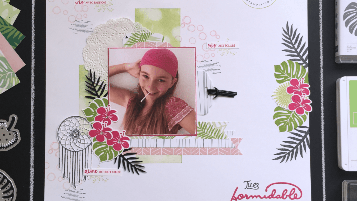 Page de scrapbooking Chic Tropical version féminine, Papier Design Brillants, Papier Design Escapade Tropicale, Perforatrice Etiquette en fanion, Perforatrice Etiquette festonnée, Framelits Poursuis tes rêves, Perforatrice Trio détaillé, Set de tampons Artisan textures, Set de tampons Bokeh dots, Set de tampons Chic tropical, Set de tampons Follow your dreams, Set de tampons Playful Backgrounds, Thinlits tropicaux par Marie Meyer Stampin'up - http://ateliers-scrapbooking.fr - Tutorial Small gift boxes with dividers - Chase Your Dreams Framelits Dies, Chic tropical stamp set – Anleitung Kleine Geschenkboxen mit Trennwänden, Framelits Formen Traumfänger, Stempelset Tropenflair, Thinlits Formen Palmengarten
