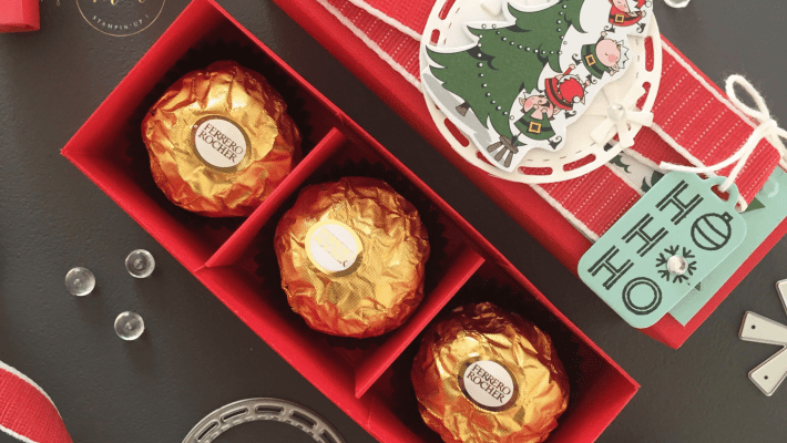 Tutoriel Boîtes à Ferrero avec séparateurs, Framelits Etiquette à coudre, Noël, Papier Design Spécialité L'atelier du Père Noël, Perforatrice Etiquette en fanion, Set de tampon Etiquettes des fêtes, Thinlits Etiquette de Noël par Marie Meyer Stampin'up - http://ateliers-scrapbooking.fr - Tutorial Ferrero Boxes with Separators - Stitched Labels Framelits Dies, Christmas, Santa's Workshop Specialty Designer Series Paper, Banner Triple Punch, Tags & Tidings Stamp Set, Christmas Tags Thinlits Die - Anteilung Ferrero Boxen mit Separatoren, Framelits Bestickte Etiketten, Besonderes Designerpapier In der Weihnachtswerkstatt, Fächnchen Dreifach Einstellbarr Stanze, Weihnachten, Schöner Sckenken Stempel, Thinlits Form Weihnachtsanhänger
