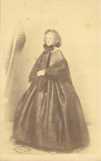 Φωτογράφος: Μωραΐτης, Πέτρος Περιγραφή: Η βαρόνη Βιλελμίνη Plüskow, κυρία επί των τιμών της βασίλισσας Αμαλίας.