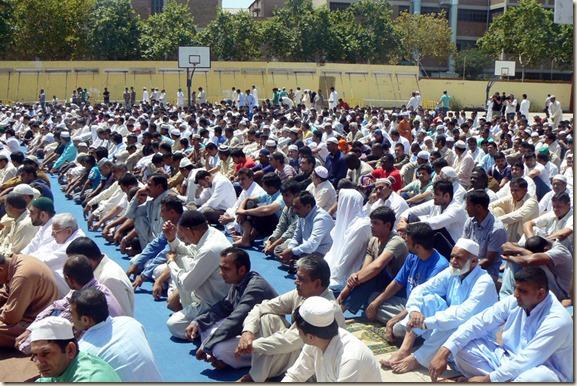 Centenares-de-musulmanes-rezan_54338909917_54028874188_960_639