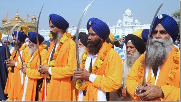 Fieles-Templo-Dorado-Amritsar-AFP_TINIMA20121009_0400_3