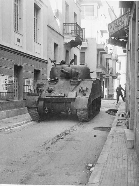 Βρετανικά άρματα μάχης στις συνοικίες της Αθήνας