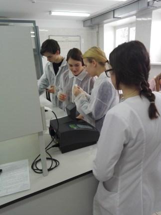 Chemijos laboratorijoje vyko praktinis seminaras Vilniaus r. Riešės gimnazijos moksleiviams