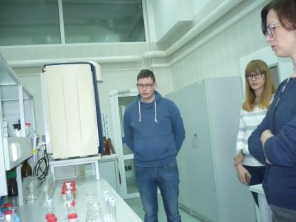 """Agrotechnologijų fakulteto chemikai praktinių įgūdžių sėmėsi UAB ,,Vilniaus vandenys"""" laboratorijoje"""