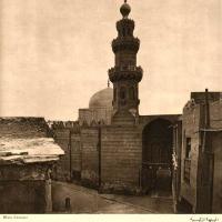 جامع الطنبغا الماريداني، الدرب الاحمر