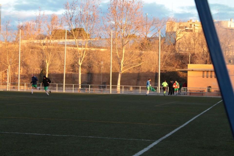 Los primeros jugadores de la AD Huérmeda aparecen en el campo mientras el Rompeolas, ya listo, esperaba el comienzo del choque.
