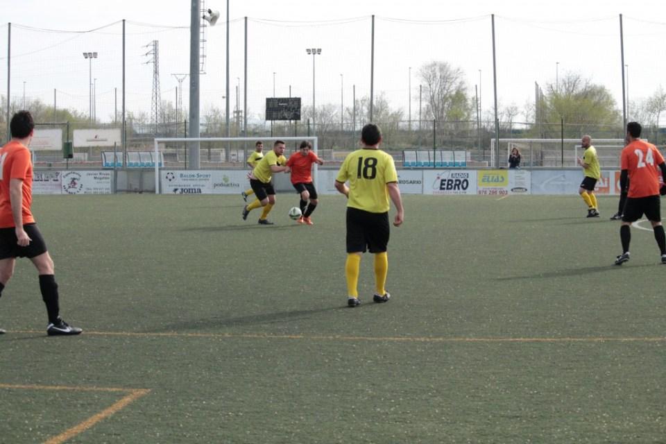 Jordi, incrustado en el centro, es agarrado por un defensor del Deportivo Almozara.