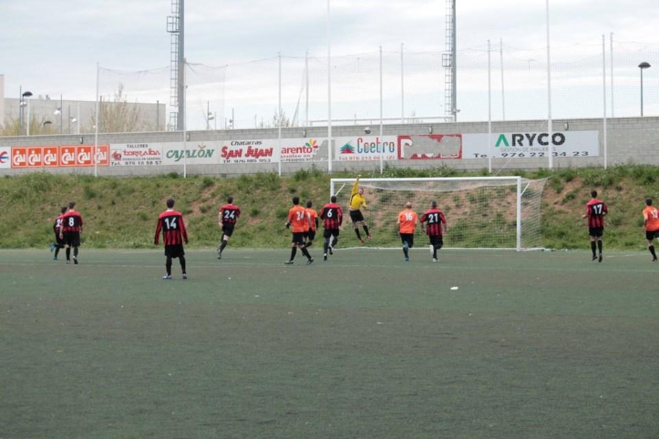 Alfonso despeja a saque de esquina el lanzamiento de Joaquín.
