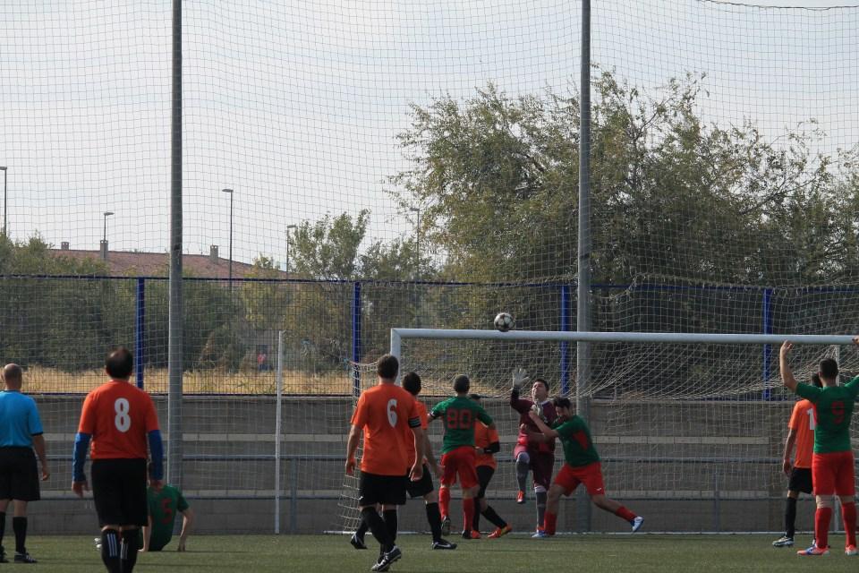 Javi sale de forma poco ortodoxa a palmear un balón entre una maraña de defensores y atacantes de los dos equipos.