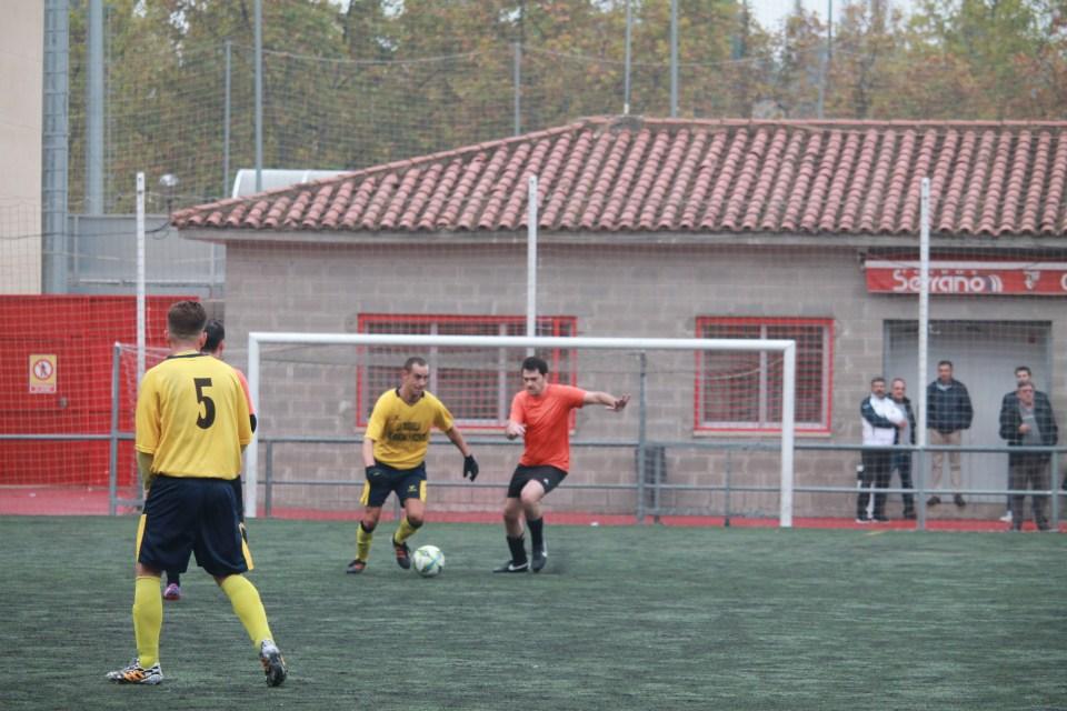 Héctor, recolocado en el centro del campo, presiona la salida del balón de la Tabernilla.