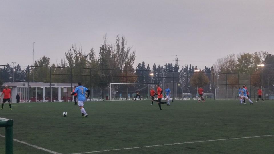 Burges sube la pelota por la banda izquierda frente a un Rompeolas replegado.