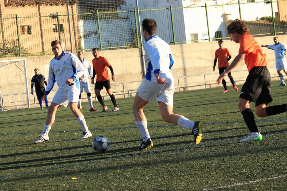 Ángel persigue a un atacante del Sofía durante el encuentro disputado en el campo del Escalerillas.