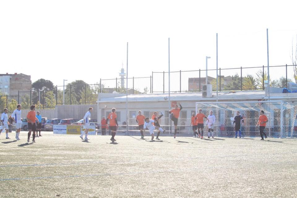 Arrébola y David González levantan sus respectivas piernas derechas todo lo que pueden para evitar el remate de Vidasoa.