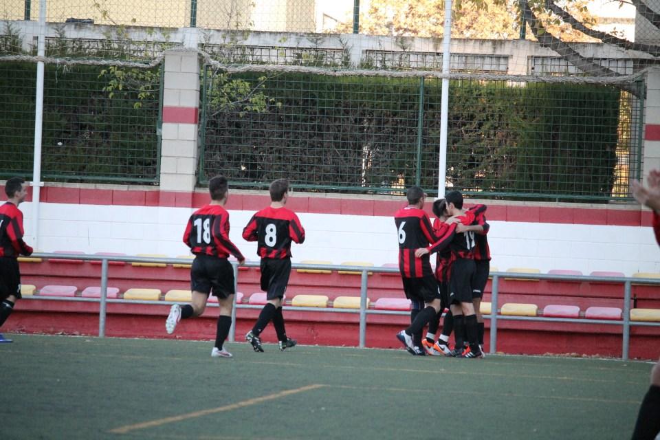 El Atlético Batán celebra el tanto de Natalías al comienzo de la segunda parte.