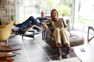 Manu (fauteuil Charles Eames) et Marie (fauteuil Pop)