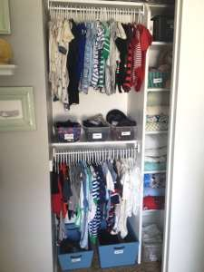 the best way to organize your baby's closet. Tips for DIY storage solutions in small spaces. Good ideas for organizing your little ones clothes by size.