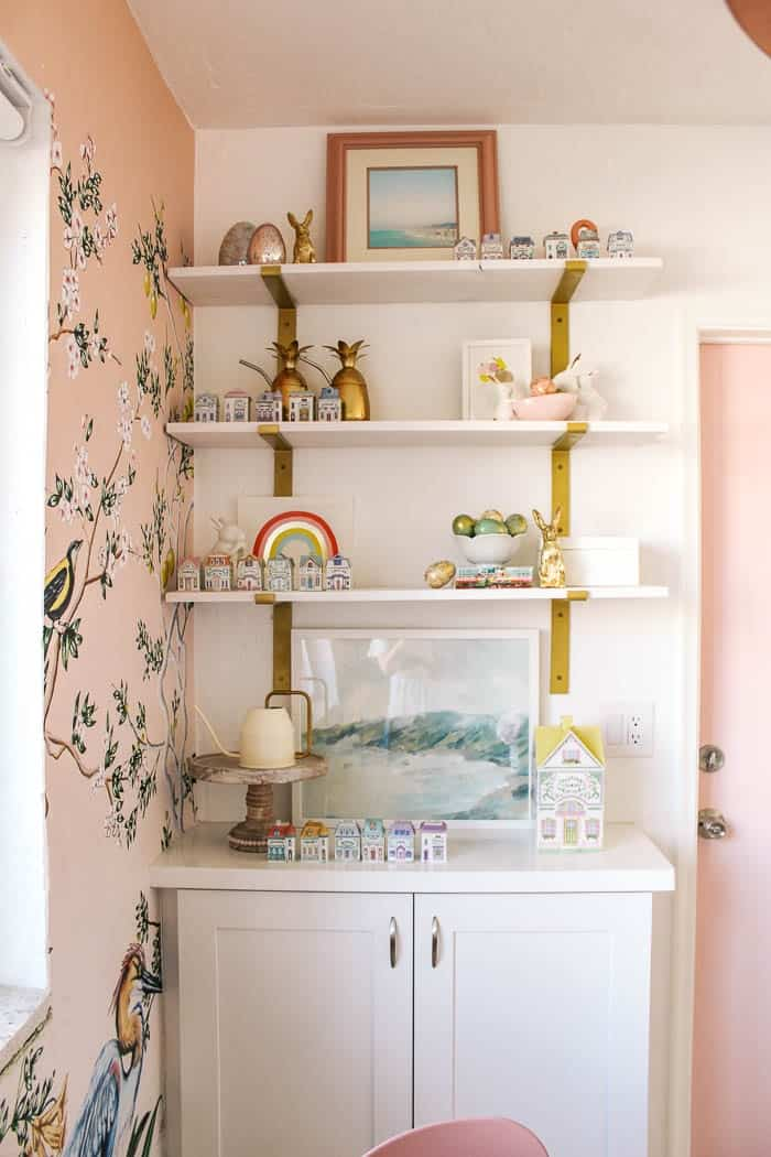 how to paint shelf brackets gold. Do you have dark or iron brackets that hold up your shelves? Whatever color you have, I have a diy tutorial with step by step instructions for how to make your's look brass with spray paint!