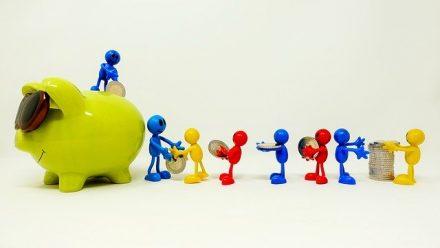 דמויות צבעוניות קטנות מערימות כסף