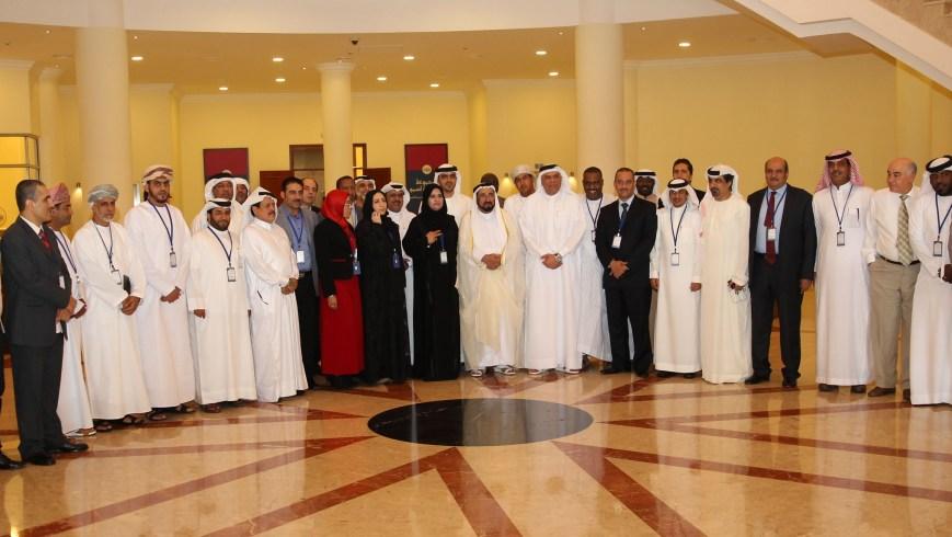 صاحب السمو مع مجموعة من المشاركين في مؤتمر المسرح المدرسي