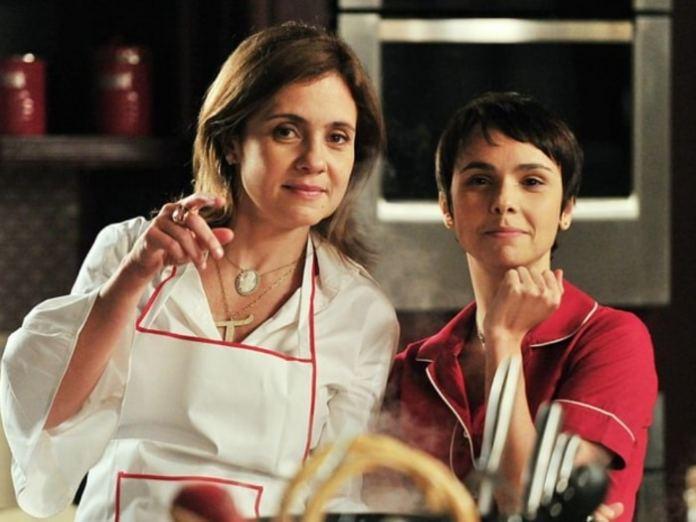 Carminha (Adriana Esteves) e Nina (Débora Falabella) em 'Avenida Brasil' (Globo)
