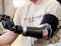 Protezele controlate mintal le pot reda pacientilor simtul tactil