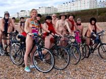 Un biciclist a pedalat in pielea goala dar a primit amenda pentru altceva