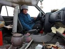 Incredibil: A instalat o soba in masina pentru a se incalzi