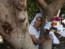 Femeile care nu și-au găsit sufletul pereche se salvează copacii căsătorindu-se cu ei