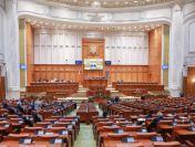 Parlamentul a aprobat mărirea pensiilor cu 40% și creșterea salariilor profesorilor